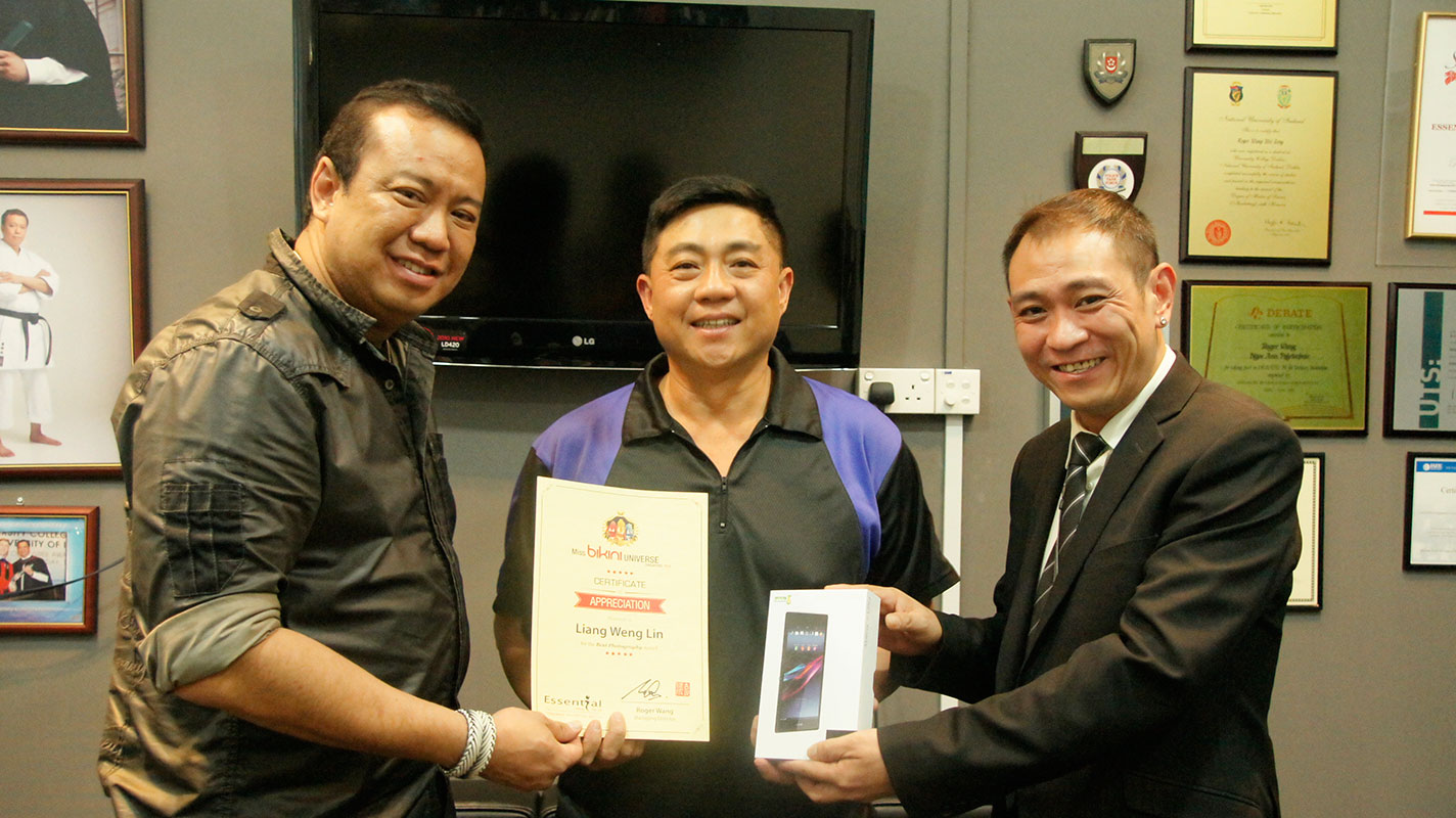 Liang Weng Lin received the Best Photography award from National Director of Miss Bikini Universe Singapore, Mr Roger Wang
